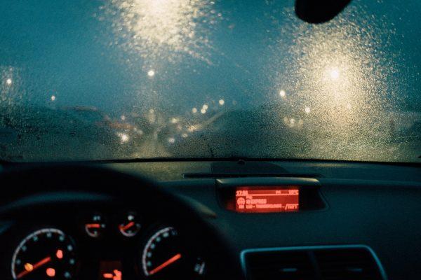 Čo robiť ak vás zastihne krupobitie v aute